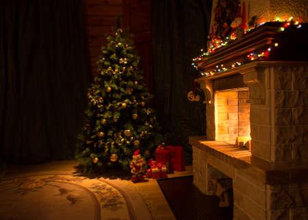 Wohnzimmer mit Kamin und verzierten Weihnachtsbaum Standard-Bild