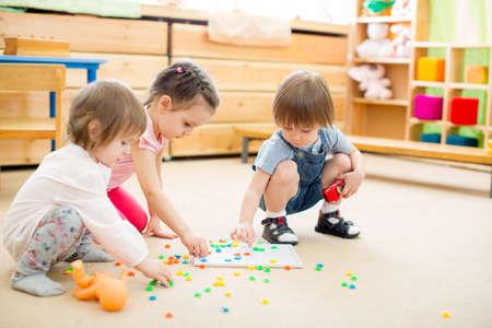 幼稚園でモザイク ゲームを遊んでいる子供 写真素材