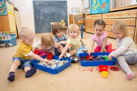쌀과 유치원이나 보육원에서 콩을 가지고 노는 아이들의 그룹