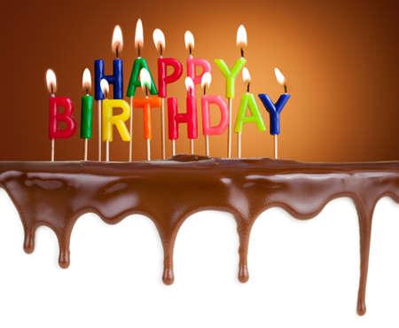 pastel de cumpleaños: Velas del feliz cumpleaños encendidas en plantilla de la torta de chocolate Foto de archivo