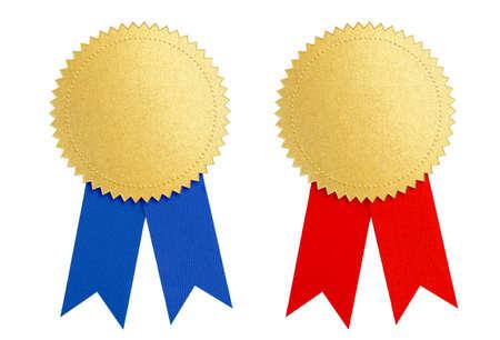 Gouden zegel of medaille set met rood en blauw lint op wit wordt geïsoleerd