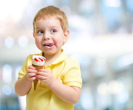 Gelukkig kind met ijs op onscherpe achtergrond Stockfoto
