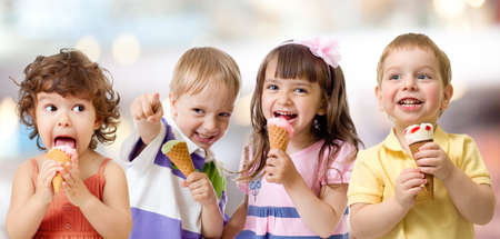funny children group eating ice cream on party Stockfoto