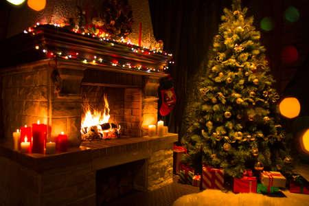 kerstboom met giften in de buurt van open haard