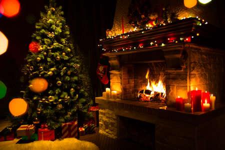 Atmosferische kerstkaart met een kerstboom, cadeaus en open haard