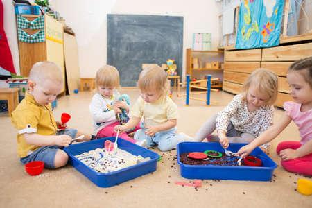 frijoles: Los niños mejora las habilidades motoras manos con arroz y frijoles Foto de archivo