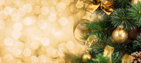 黄金背景をぼかした写真をクリスマス ツリー ブランチ 写真素材