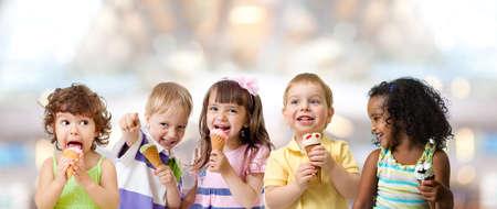grupa dzieci jedzenie lodów na imprezie w kawiarni