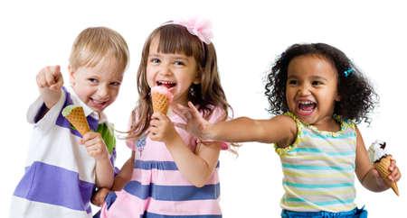 grupa dzieci jedząca lody na białym tle