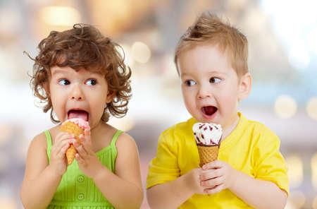 funny boy and girl eating ice cream Standard-Bild - 119270196