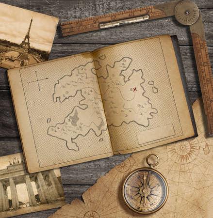 Natura morta di viaggio. Vecchio diario con mappa del tesoro.
