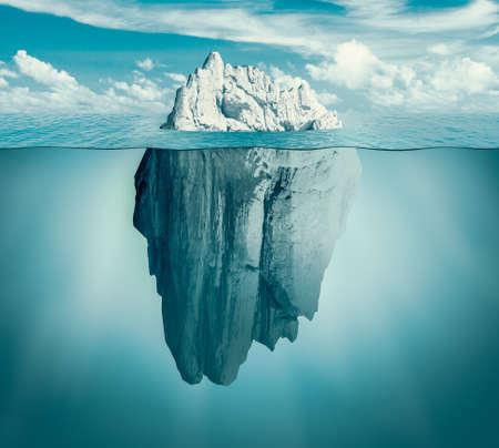 Iceberg nell'oceano come minaccia nascosta o concetto di pericolo