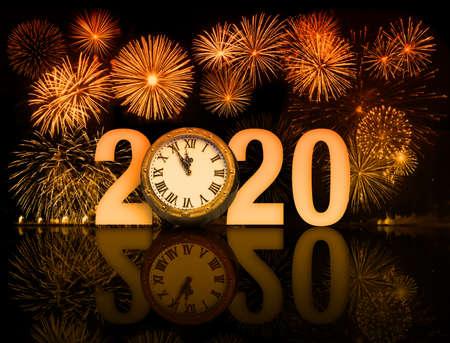 Fuegos artificiales de año nuevo 2020 con esfera de reloj. Foto de archivo