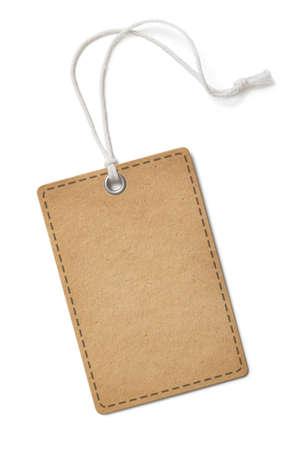 Pusta stara papierowa etykieta lub prostokątna etykieta z tkaniny z zaokrąglonymi rogami na białym tle