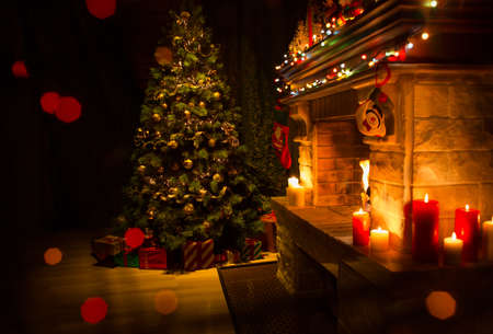 Intérieur décoré de Noël avec cheminée et arbre de Noël