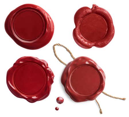 Vieux sceaux de cire rouge ou jeu de timbres isolé sur blanc