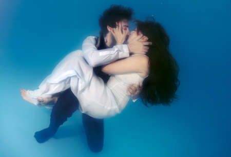 age 25 30 years: Bride and groom kissing underwater, wedding in a pool Stock Photo