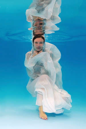 25 to 30 years old: Bride underwater for wedding in a pool Stock Photo