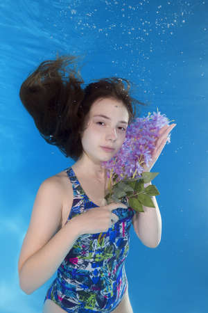 Onderwater portret meisje met een bloem Stockfoto