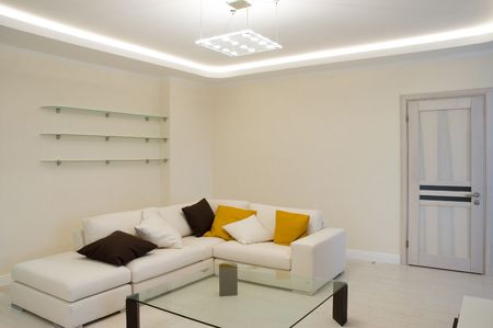 contemporaneous: Hall con un divano, un tavolo e cuscini