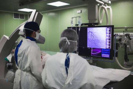 I medici eseguono un'operazione diagnostica. Coronarografia. Ricanalizzazione percutanea dell'intervento coronarico, angioplastica con palloncino e stent dell'arteria coronaria sinistra