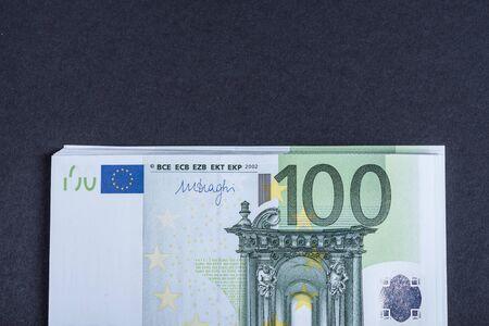Euro-Bargeld auf rosa und schwarzem Hintergrund. Euro-Geld-Banknoten. Euro-Geld. Euro-Rechnung. Platz für Text.