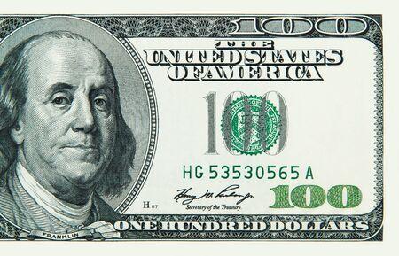 Teil einer Nahaufnahme von hundert US-Dollar-Scheinen