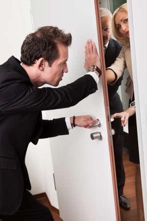 closing business: Hombre de negocios empujando la puerta
