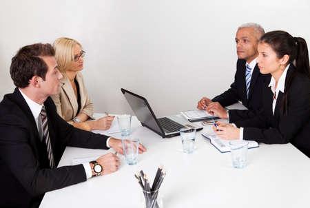 reuniones empresariales: La gente de negocios que discuten en la reuni�n Foto de archivo