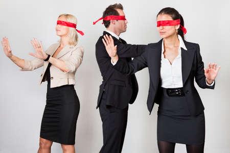 confused person: Grupo de empresarios desorientados