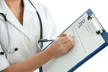 recetas medicas: Mujer alegre m�dico rellenar de prescripci�n Foto de archivo
