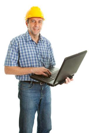 Worker Schutzhelm tragen und mit leptop