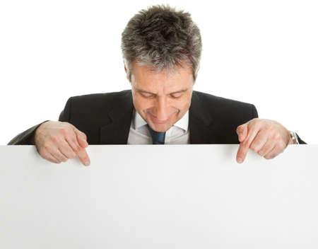 naar beneden kijken: Vertrouwen zakenlieden presenteren leeg bord Stockfoto