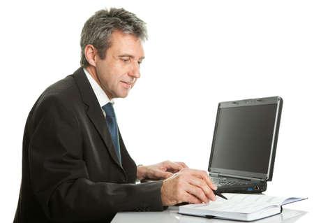 web side: Hombre de negocios Senior trabajando en equipo port�til