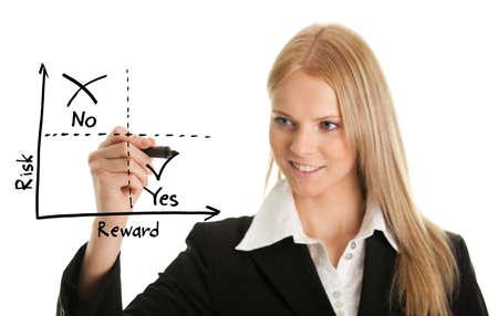 Zakenvrouw het tekenen van een risk-reward schema Stockfoto