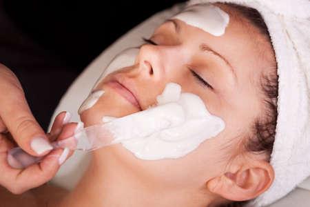 mimos: Las mujeres jóvenes conseguir la máscara facial