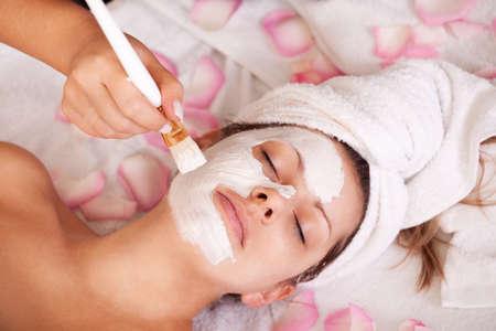 tratamiento facial: Las mujeres j�venes conseguir la m�scara facial