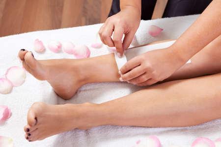 depilacion con cera: Estética haciendo la depilación