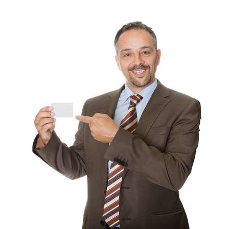 administrador de empresas: Ejecutivo feliz mostrando una tarjeta de presentaci�n en blanco Foto de archivo