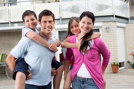 Portrait de famille heureuse ayant distraction en plein air à leur domicile Banque d'images