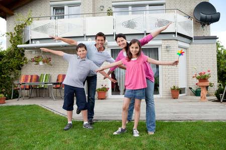 pareja en casa: Retrato de joven familia feliz disfrutando fuera de su casa nueva