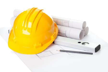 cantieri edili: Immagine di progetti con la matita livello e cappello duro sul tavolo Archivio Fotografico