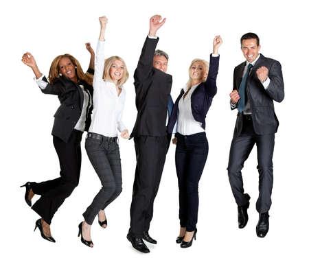 gente saltando: Retrato de equipo multiétnico de hombres de negocios regocijo el éxito en el fondo blanco Foto de archivo