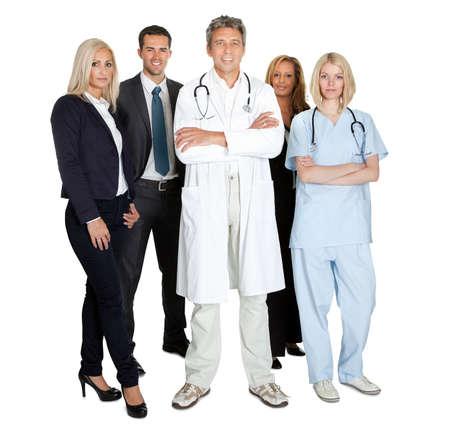 Portret van een groep lachende werkende mensen die over witte achtergrond