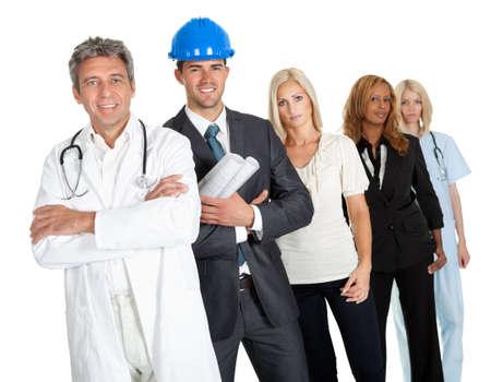 diferentes profesiones: Grupo de personas en diferentes profesiones de pie aislados contra fondo blanco