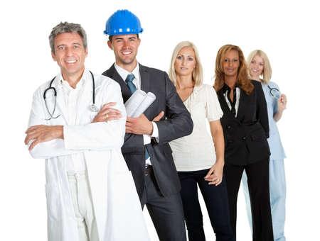 diferentes profesiones: Grupo de personas que trabajan con �xito que ilustran las diferentes opciones de carrera en el blanco