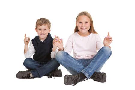 frau sitzt am boden: Nette Kinder macht Yoga-�bung. Isoliert auf wei�em