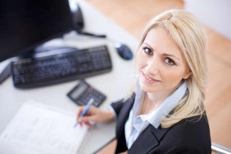tributos: Hermosa mujer de negocios haciendo las finanzas en la oficina