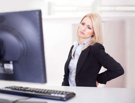 douleur main: Les femmes d'affaires ayant le mal de dos au travail informatique