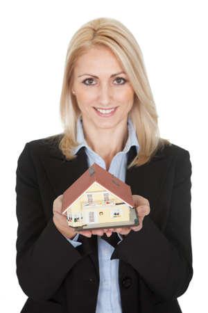 property insurance: Modelo de negocios la celebraci�n de una casa. Aislado en blanco